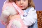 фотосессия девочки с розовым зайцем