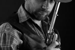мужская фотосессиямужской портрет с оружием