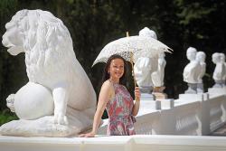 Девушка с зонтиком у колоннады