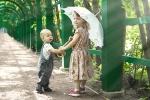 Малыши с зонтиком