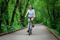 девушка на велосипеде в парке