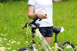 девушка с велосипедом в ромашках