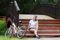 велосипедистка у деревянного мостика