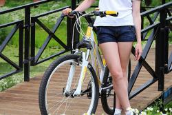 велосипедистка с ромашками
