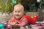 малыш у новогодней елки