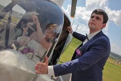жених и невеста у вертолета