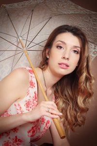 женский портрет с зонтиком