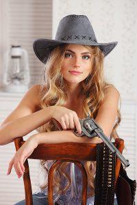 женский портрет-с пистолетом
