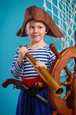 юная пиратка с подзорной трубой