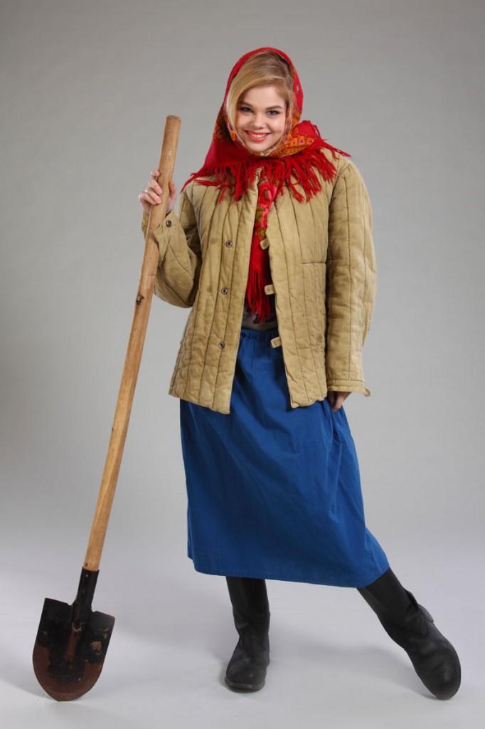 фотосессия женщина в ватнике с лопатой