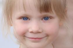 Фото девочки с голубыми глазами