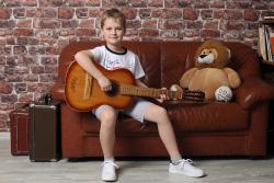 мальчик с гитарой