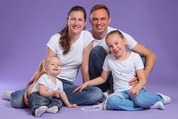 Семья на фиолетовом фоне