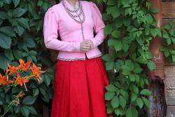 девушка в красной юбке у девичьего винограда
