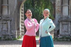 девушки на площади Крутицкого подворья