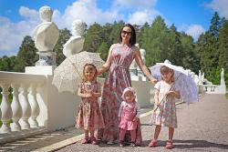Счастливая мама с тремя девочками