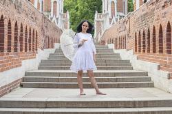 Девушка в белом платье с зонтиком у лестницы в Царицыно