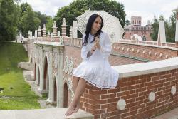 Девушка в белом платье с зонтиком