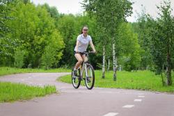 велосипедистка на дорожке