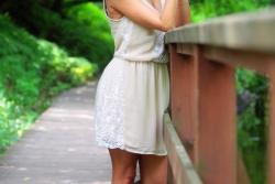 девушка блондинка на деревянном мостике