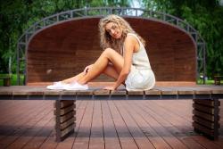 девушка в белом платье на скамейке