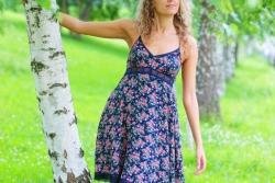 девушка в пестром платье у березки