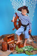 фотосессия юный пират у штурвала